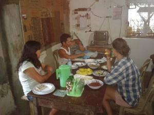 IPON im Gespäch mit Menschenrechtsverteidiger auf Hacienda Diaz, Negros Oriental