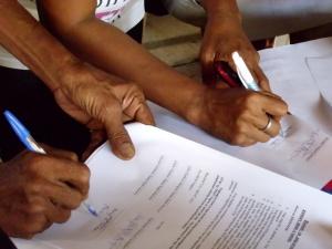 Unterzeichnen des Mandatsvertrags.